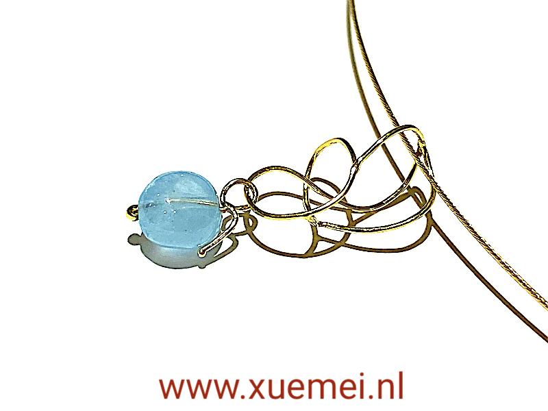 gouden hanger met aquamarijn - blauwe steen - uniek - edelsmid Xuemei Dijkstal