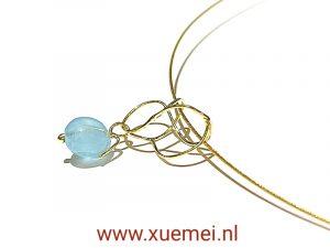 gouden hanger met aquamarijn - uniek - goudsmid Xuemei Dijkstal