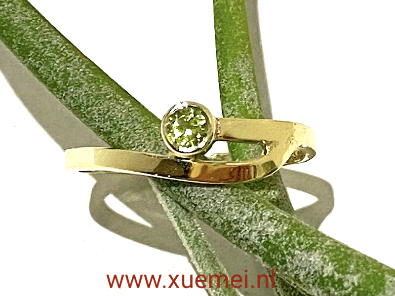 gouden ring met peridoot - groen steen - verlovingsring - goudsmid Xuemei Dijkstal