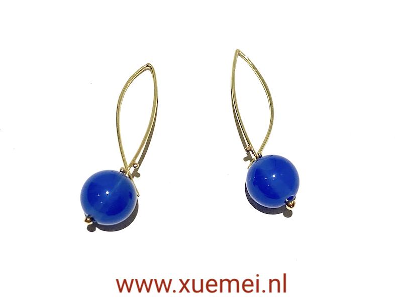 unieke gouden oorbellen met blauwe agaat - edelsmid Xuemei Dijkstal