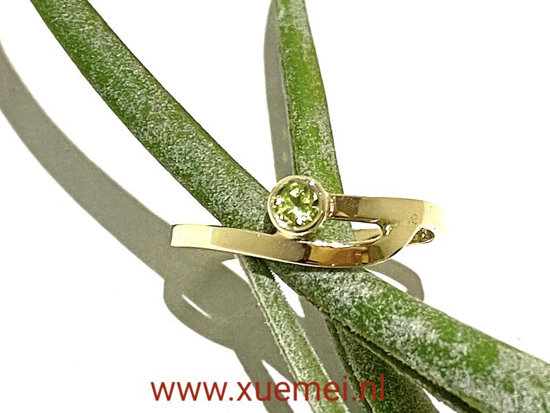 verlovingsring Delft - gouden ring met peridoot - goudsmid Xuemei Dijkstal