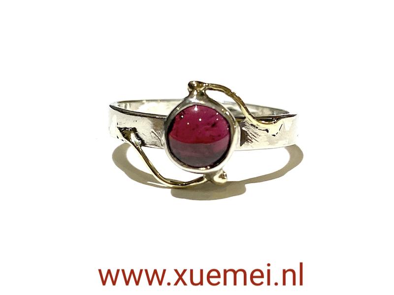 zilveren : gouden ring met granaat - uniek - handgemaakt - edelsmid Xuemei Dijkstal - juwelier en edelsmid Delft