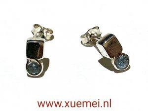 zilveren oorknopjes met blauwe steen - exclusieve zilveren oorbellen - Xue Mei - juwelier en edelsmid Delft