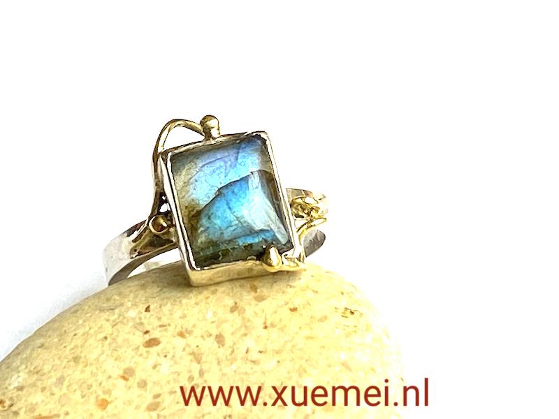 zilveren ring met labradoriet - met goud - uniek - edelsmid Xuermei Dijkstal