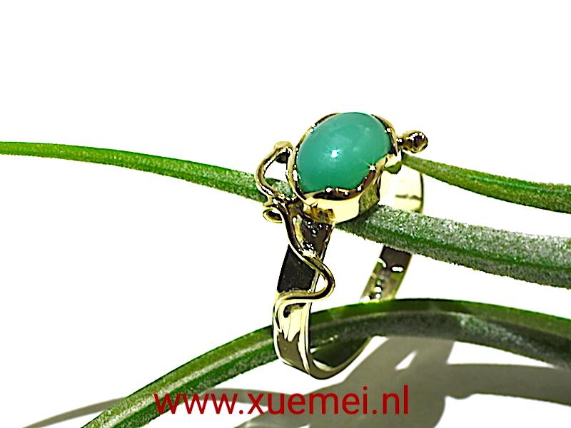 gouden-verlovingsring-chrysopraas-edelsmid-Xuemei-Dijkstal-groen-blauw-steen-