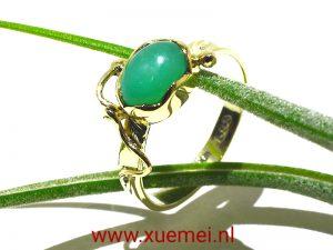 gouden-verlovingsring-chrysopraas-goudsmid-Delft-Xuemei-Dijkstal-groen-blauw-steen
