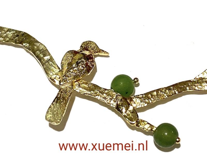 gouden ketting met vogel boom en groene steen - nefiet jade - goudsmid Xuemei Dijkstal - uniek