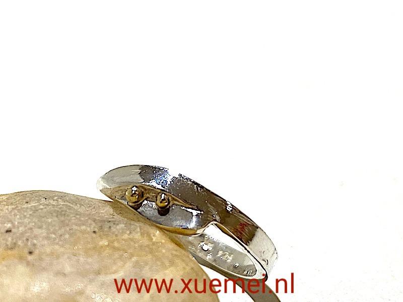 zilveren ring met gouden bolletjes - edelsmid Xuemei Dijkstal - unike ring