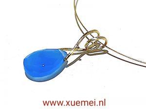 gouden hanger met blauwe edelsteen - agaat - edelsmid Xuemei Dijkstal
