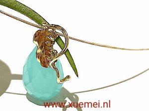 gouden hanger met blauwe steen en blad - blauwe agaat - edelsmid Xuemei Dijkstal