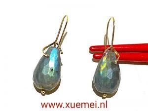 gouden oorbellen met edelsteen labradoriet - uniek - edelsmid Xuemei Dijkstal