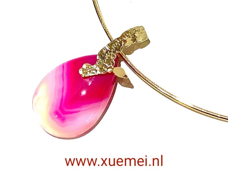 gouden ketting hanger met edelsteen - roze agaat - uniek - edelsmid Xuemei Dijkstal