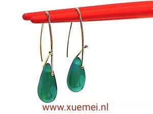 gouden oorbellen met groene onyx - edelsteen - edelsmid Xuemei Dijkstal - handgemaakt