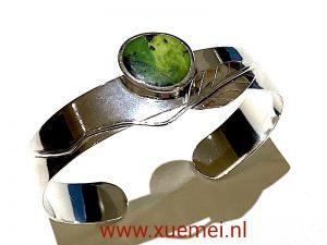 zilveren klem armband - handgemaakt - grote edelsteen - groene chrysopraas - blad - edelsmid Xuemei Dijkstal